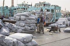 DUBAI UAE-JANUARY 19: Ladda ett skepp i Port Said på Januari 19 Arkivfoton