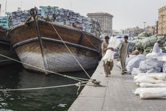 DUBAI UAE-JANUARY 19: Ladda ett skepp i Port Said på Januari 19 Royaltyfria Bilder