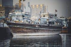 DUBAI UAE-JANUARY 19: Ladda ett skepp i Port Said på Januari 19 Arkivbild