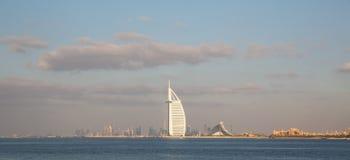 DUBAI UAE-JANUARY 15: Skyskrapor i centret på Januari Arkivfoton