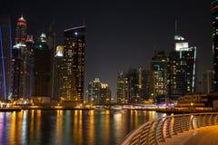DUBAI UAE-JANUARY 16: Skyskrapor i den Dubai marina på Januar Arkivbild