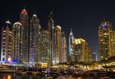 DUBAI UAE-JANUARY 16: Skyskrapor i den Dubai marina på Januar Royaltyfria Foton