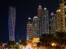 DUBAI UAE-JANUARY 16: Skyskrapor i den Dubai marina på Januar Arkivfoton