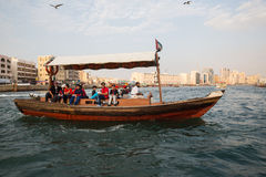 DUBAI UAE-JANUARY 18: Traditionella Abra färjer på Januari 18, 2 Royaltyfria Foton