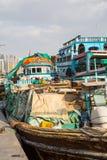 DUBAI UAE-JANUARY 18: Traditionella Abra färjer på Januari 18, 2 Fotografering för Bildbyråer