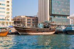 DUBAI UAE-JANUARY 20: Traditionella Abra färjer på Januari 20, 2 Fotografering för Bildbyråer