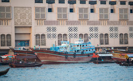 DUBAI UAE-JANUARY 18: Traditionella Abra färjer på Januari 18, 2 Arkivfoto