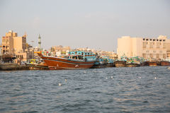 DUBAI UAE-JANUARY 18: Traditionella Abra färjer på Januari 18, 2 Royaltyfri Bild