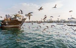 DUBAI UAE-JANUARY 18: Traditionella Abra färjer på Januari 18, 2 Arkivbild