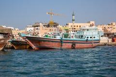 DUBAI UAE-JANUARY 20: Traditionella Abra färjer på Januari 20, 2 Arkivbilder