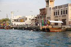 DUBAI UAE-JANUARY 18: Traditionella Abra färjer på Januari 18, 2 Royaltyfria Foton