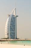 DUBAI UAE - JULI 2008: Tusen dollar seglar det formade hotellet för den Burj alaraben Arkivfoton