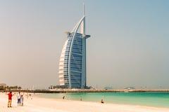 DUBAI UAE - JULI 2008: Tusen dollar seglar det formade hotellet för den Burj alaraben Royaltyfria Bilder