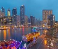 DUBAI, UAE - 25. MÄRZ 2017: Der Abend der Jachthafenpromenade Lizenzfreie Stockbilder