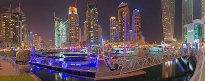 DUBAI, UAE - 22. MÄRZ 2017: Der Abend der Jachthafenpromenade Stockfoto