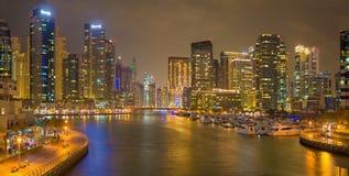 DUBAI, UAE - 25. MÄRZ 2017: Der Abend der Jachthafenpromenade Stockfoto