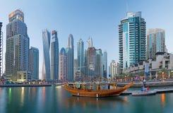DUBAI, UAE - 22. MÄRZ 2017: Der Abend im Jachthafen Stockfoto