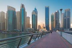 DUBAI, UAE - 22. MÄRZ 2017: Die Abendpromenade des Jachthafens und der Moschee Lizenzfreies Stockfoto