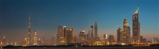 DUBAI, UAE - 31. MÄRZ 2017: Die Abendskyline des Stadtzentrums mit dem Burj Khalifa und Emirate ragen hoch Lizenzfreie Stockfotografie