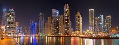 DUBAI, UAE - 22. MÄRZ 2017: Die Nacht im Jachthafen Stockbilder