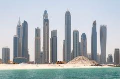 DUBAI, UAE - MAI 5,2017: Bau und Baumaschinen vor Dubai-Jachthafen an einem Frühlingstag, vereinigter Araber Lizenzfreie Stockbilder