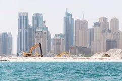 DUBAI, UAE - MAI 5,2017: Bau und Baumaschinen vor Dubai-Jachthafen an einem Frühlingstag, vereinigter Araber Stockfotos