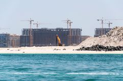 DUBAI, UAE - MAI 5,2017: Bau und Baumaschinen vor Dubai-Jachthafen an einem Frühlingstag, vereinigter Araber Lizenzfreie Stockfotos
