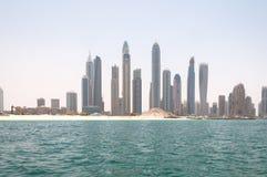 DUBAI, UAE - MAI 5,2017: Bau und Baumaschinen vor Dubai-Jachthafen an einem Frühlingstag, vereinigter Araber Stockbild
