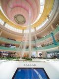 Dubai, UAE - 15. Mai 2018: Hall Dubai Mall, der die Statue von Dubai-Griechen übersieht stockbild