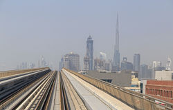 DUBAI, UAE - 11. MAI 2016: Metro im im Stadtzentrum gelegenen Bezirk Stockbild