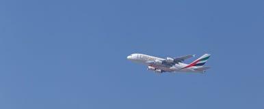 DUBAI UAE - MAJ 14, 2016: Boeing 777 flygplan Arkivbilder
