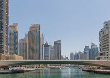 DUBAI UAE - MAJ 15, 2016: broar av den Dubai marina Royaltyfri Fotografi
