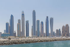 DUBAI UAE - MAJ 15, 2016: cityscape av den Dubai marina Arkivfoton