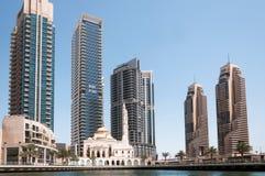 DUBAI UAE - MAJ 5,2017: Den moderna byggnader och Al Raheem moskén på marina går i den Dubai marina kan på 5, 2017, Dubai Arkivfoton