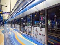 Dubai UAE - Maj 15, 2018: Den Dubai tunnelbanan inom stationen är underjordisk Arkivfoton