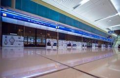 Dubai UAE - Maj 15, 2018: Den Dubai tunnelbanan inom stationen är underjordisk Arkivbild