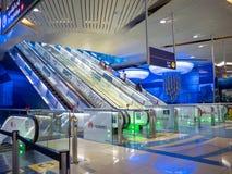Dubai UAE - Maj 15, 2018: Den Dubai tunnelbanan inom stationen är underjordisk Rulltrappa Royaltyfri Bild