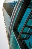 DUBAI UAE - MAJ 18: Dubai i stadens centrum horisont Dubai Sheikh Zayed R Arkivbilder