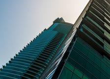 DUBAI UAE - MAJ 18: Dubai i stadens centrum horisont Dubai Sheikh Zayed R Royaltyfria Bilder