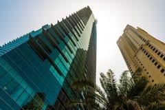 DUBAI UAE - MAJ 18: Dubai i stadens centrum horisont Dubai Sheikh Zayed R Royaltyfri Bild