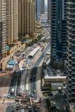 DUBAI UAE - MAJ 18: Dubai i stadens centrum horisont Dubai Sheikh Zayed R Royaltyfri Foto
