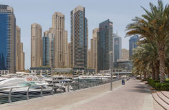 DUBAI UAE - MAJ 11, 2016: fot- gångbana Arkivbilder