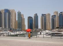 DUBAI UAE - MAJ 11, 2016: fot- gångbana i den Dubai marina Royaltyfria Bilder