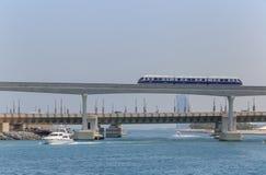 DUBAI UAE - MAJ 15, 2016: Gömma i handflatan den Jumeirah enskeniga järnvägen Arkivbilder