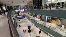 Dubai UAE - Maj 2019: Dubai galleriainre Folk som går inom den Dubai gallerian Folket som in kommer och går ut ur, shoppar stock video
