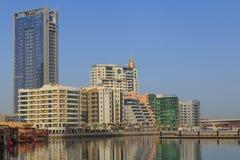 DUBAI UAE - MAJ 12, 2016: hotell i marinaområde Arkivbild
