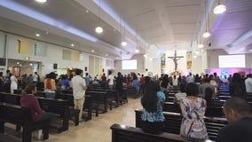 Dubai UAE - Maj 15, 2018:: Katolsk kyrka under servicen med folk Kristendomen i muslimska länder arkivfilmer