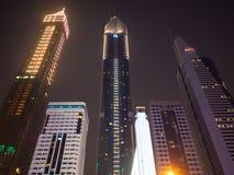 Dubai UAE - Maj 15, 2018: Nattsikt av Dubai som är i stadens centrum med skyskrapor Royaltyfri Fotografi
