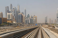 DUBAI UAE - MAJ 11, 2016: sikt av det Dubai marinaområdet Arkivfoto
