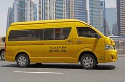 DUBAI UAE - MAJ 12, 2016: skolbuss Arkivfoton